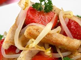 Теплый салат с курицей и клубникой