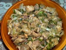 Салат из куриных желудков с грибами