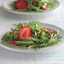 Клубничный салат с рукколой