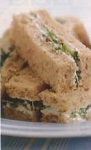 Бутерброды с огурцом и козьим сыром