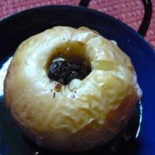 Печёные яблоки с начинкой из изюма и грецких орехов