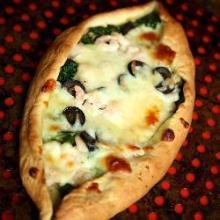 Пицца-лодочка с креветками и шпинатом