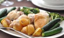 Курица, запечённая с тимьяном, чесноком, маринованным луком и картофелем