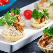 Тарталетки с сыром и орехами