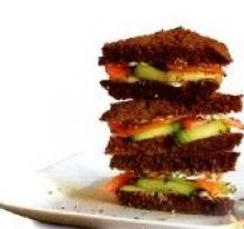 Закусочные бутерброды с лососем и огурцом